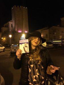 lautrice-antonia-de-francesco-a-piazza-santerasmo-di-formia-lt-italia
